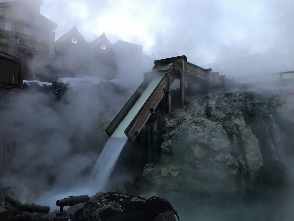 草津湯畑湯の滝