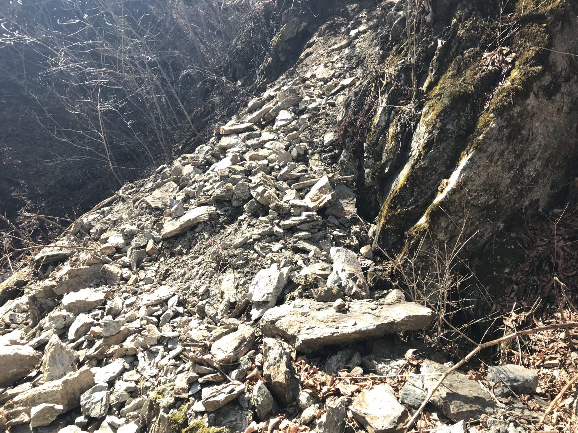 分杭峠の岩が崩れた場所