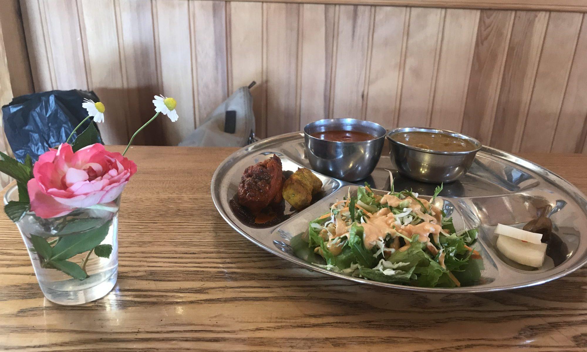 農業レストラン、モナの丘のカレーの