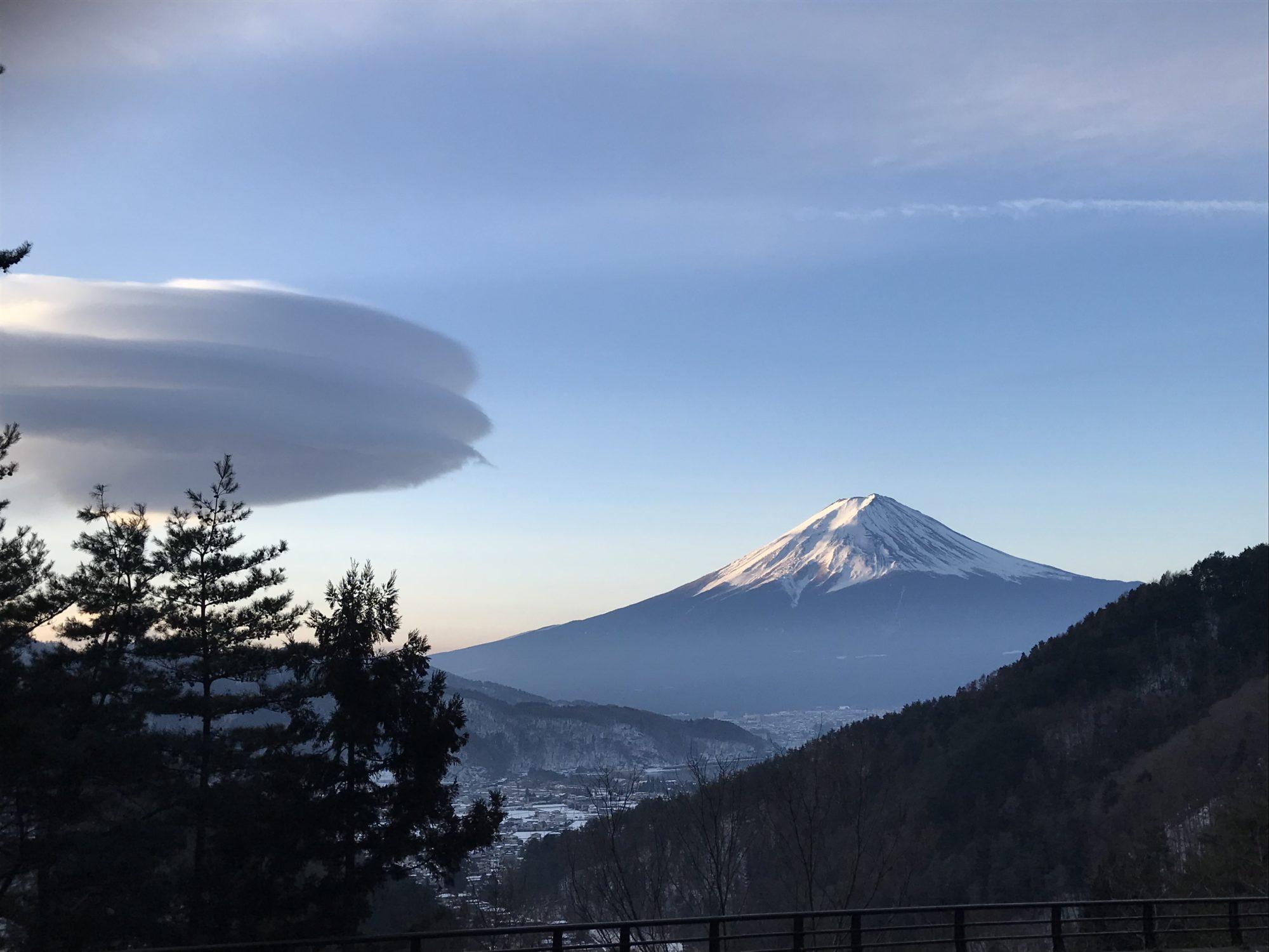 2月10日河口湖近くからの富士山と吊るし雲