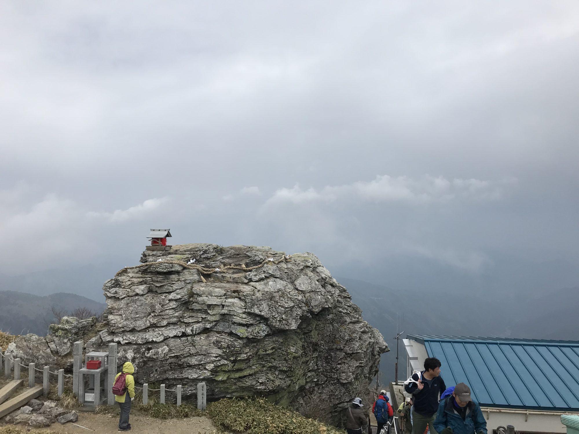 剣山本宮の大きな岩