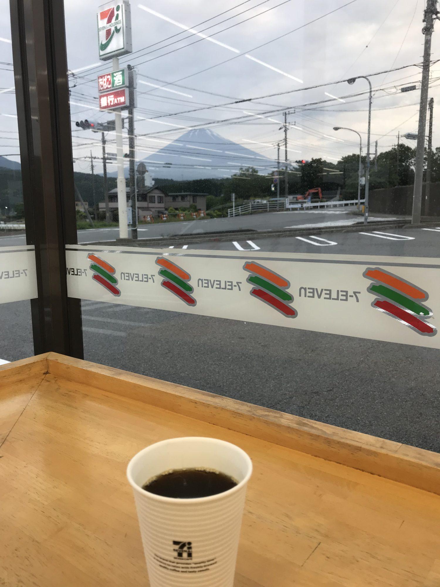コンビニからの富士山
