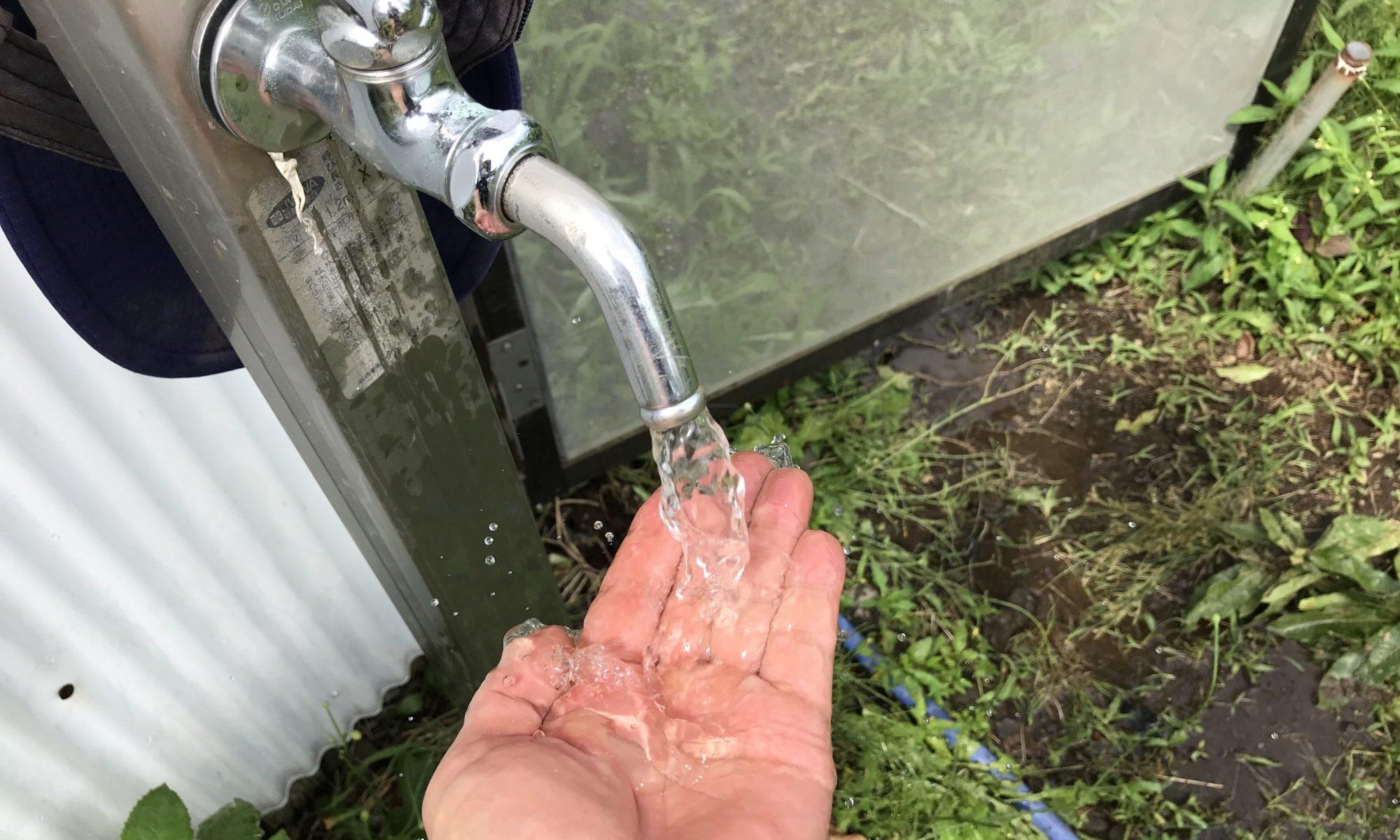 水道の蛇口から清水