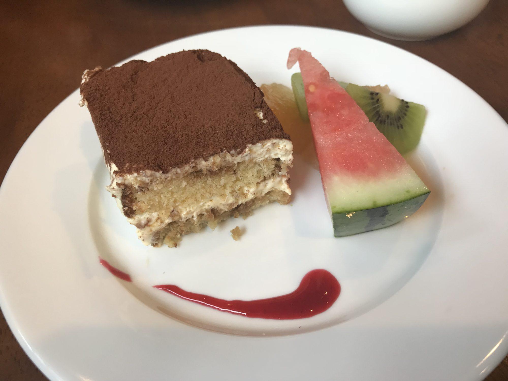 デザートのティラミスとフルーツ