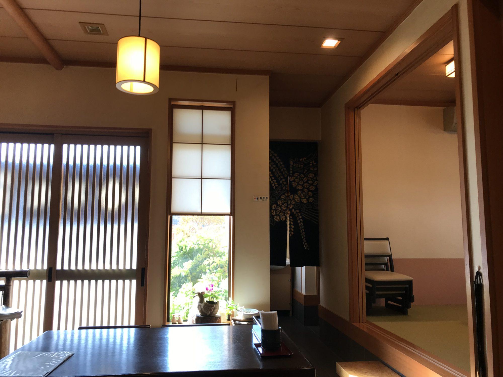 桜寿司店内
